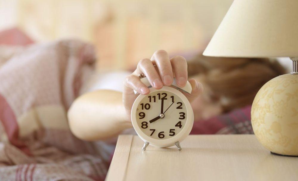 Как научиться вставать по будильнику